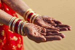 henna handen en armbanden foto