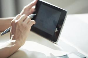 architect met digitale tablet foto