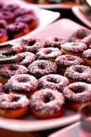chocolade donuts in een woestijn tafel foto