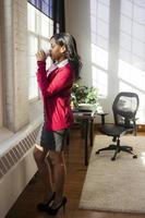 zakenvrouw in haar kantoor foto