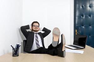 ontspannen jonge zakenman in het kantoor foto