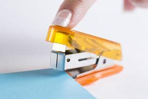 kantoor nietmachine klaar om papier te nieten foto