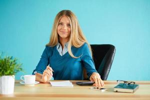 vrouw met pen die in bureau werkt foto