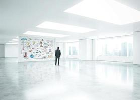 jonge zakenman permanent in heldere kantoor foto