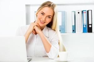 zakenvrouw met behulp van laptop op kantoor foto