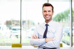 gelukkig jonge zakenman in het kantoor foto
