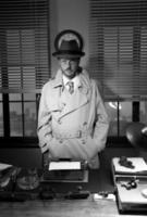 vintage detective staande in zijn kantoor