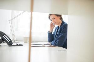 zakenvrouw hard aan het werk op kantoor foto