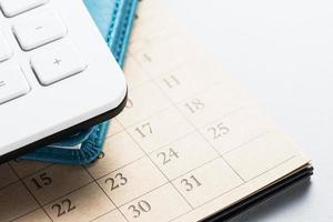 kalender en kantoorbenodigdheden. foto