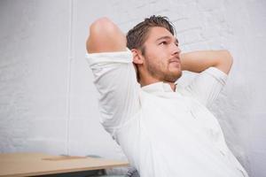 doordachte jonge zakenman op kantoor foto