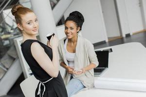 jonge vrouwen op kantoor foto