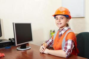 jonge aannemer ontspannen op kantoor foto
