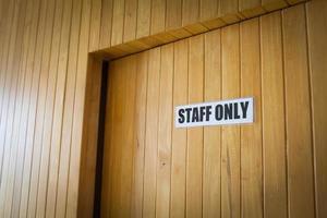 personeel alleen deur teken werkplek kantoor foto