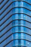 blauwe glazen ramen van modern kantoorgebouw foto
