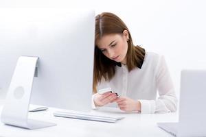 zakenvrouw zitten aan de tafel in het kantoor foto