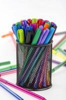 gekleurde balpen en potlood foto