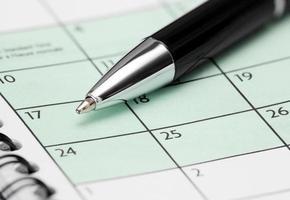 pen op kalenderpagina foto