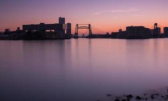 skyline van rotterdam bij zonsondergang foto