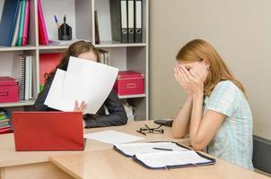 het meisje huilde bij de receptie kantoormedewerker bedekte de zijne foto