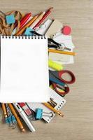 blanco papier op veel kantoorbenodigdheden foto