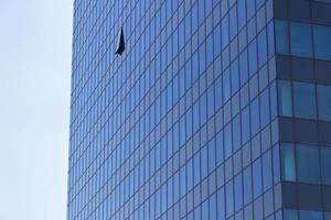 moderne kantoortoren met geopend raam foto
