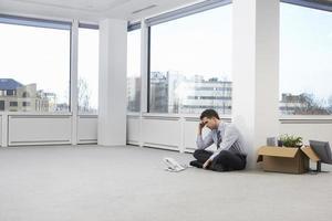 gespannen zakenman in lege kantoorruimte