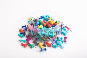 kleurrijke push pins set foto