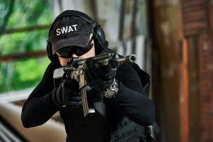 soldaat van de speciale troepen, gewapend met een aanvalsgeweer, klaar om aan te vallen foto