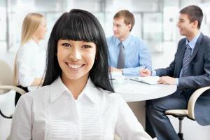 zakenvrouw met haar personeel foto