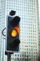 geel signaal verkeerslicht voor veiligheidsweg in de stad foto