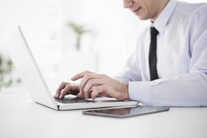 zakenman die op laptop in kantoor werkt foto