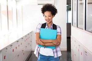 casual jonge vrouw met map op kantoor foto
