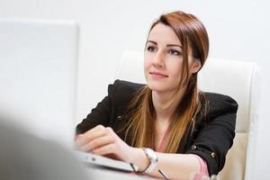 portret van mooie zakenvrouw op kantoor. foto