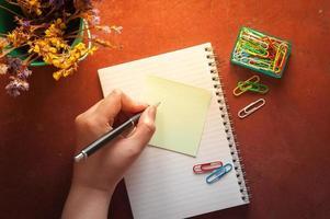 notitieblok en kleverig papier foto