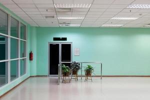 lege lange gang in het moderne kantoorgebouw. foto