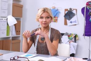 kledingontwerper aan het werk in haar kantoor foto