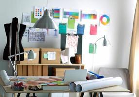 designer werkplek met naai poppen, op kantoor foto