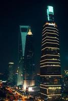 wolkenkrabber kantoorgebouwen in shanghai pudong 's nachts