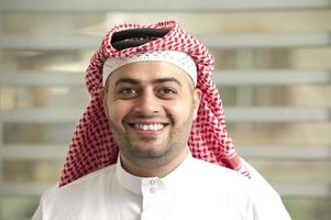 Saoedi-Arabische jonge zakenman permanent in het kantoor
