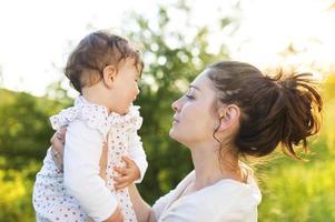 gelukkige moeder en haar baby foto