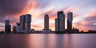 skyline van rotterdam bij zonsopgang foto