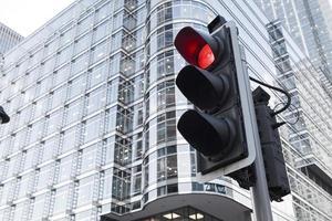 rood signaal verkeerslicht voor veiligheidsweg in de stad foto