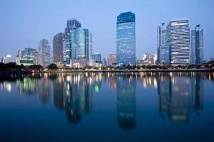 moderne stad 's nachts foto