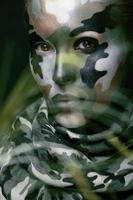 mooie jonge maniervrouw met militaire stijlkleding en gezicht foto