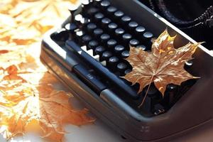 oude typemachine concept herfst foto