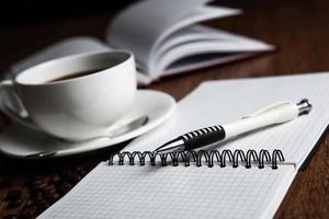 zakelijk stilleven met kop koffie foto