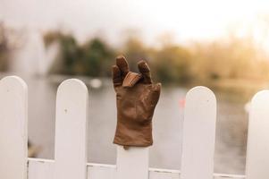 handschoen op hek