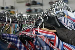 shirts op chromen hanger lijn foto