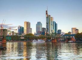 Frankfurt stadsgezicht bij zonsopgang foto
