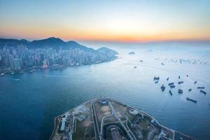 schemering van de haven van Victoria in Hongkong, China